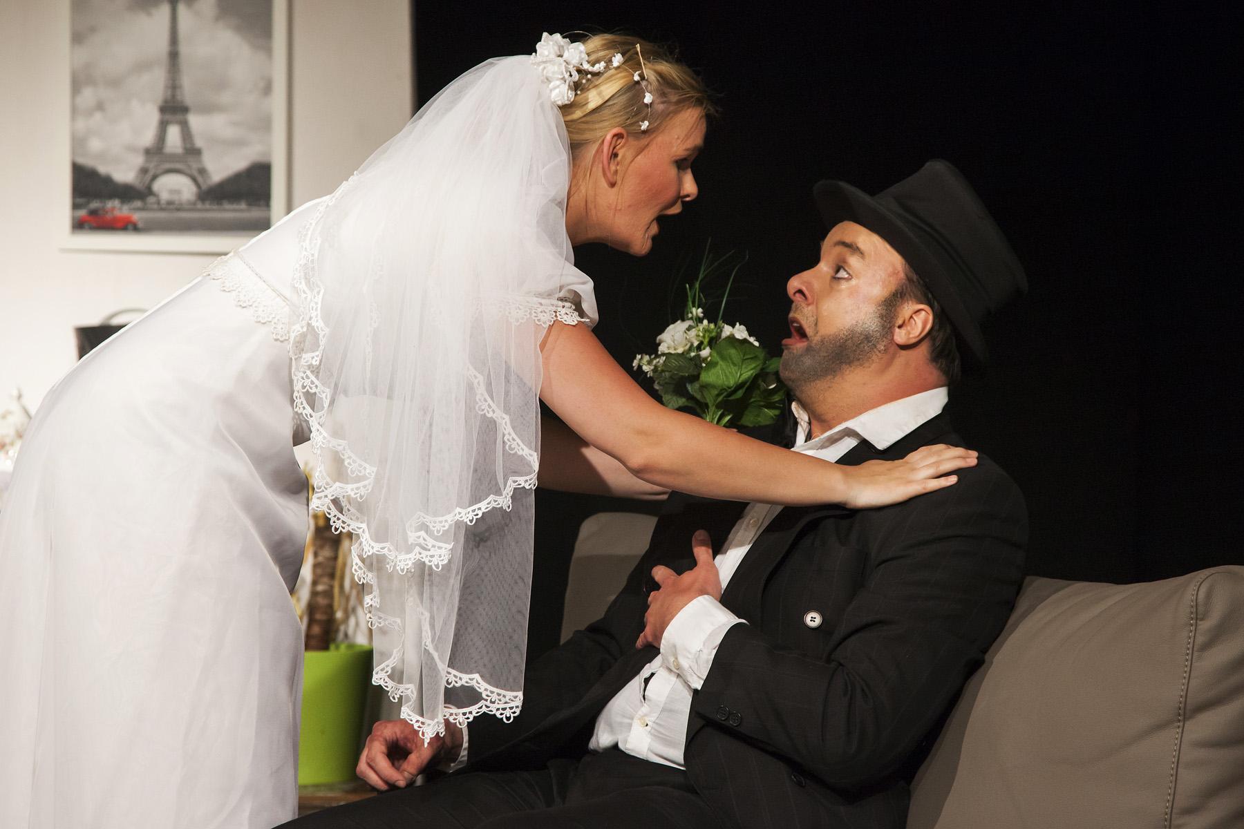 Geesche's (Neele Wehrkamp) Hochzeitstag. Dem zukünftigen Gatten Gottfried (Patrick Oberste Sirrenberg) ist nicht ganz wohl.